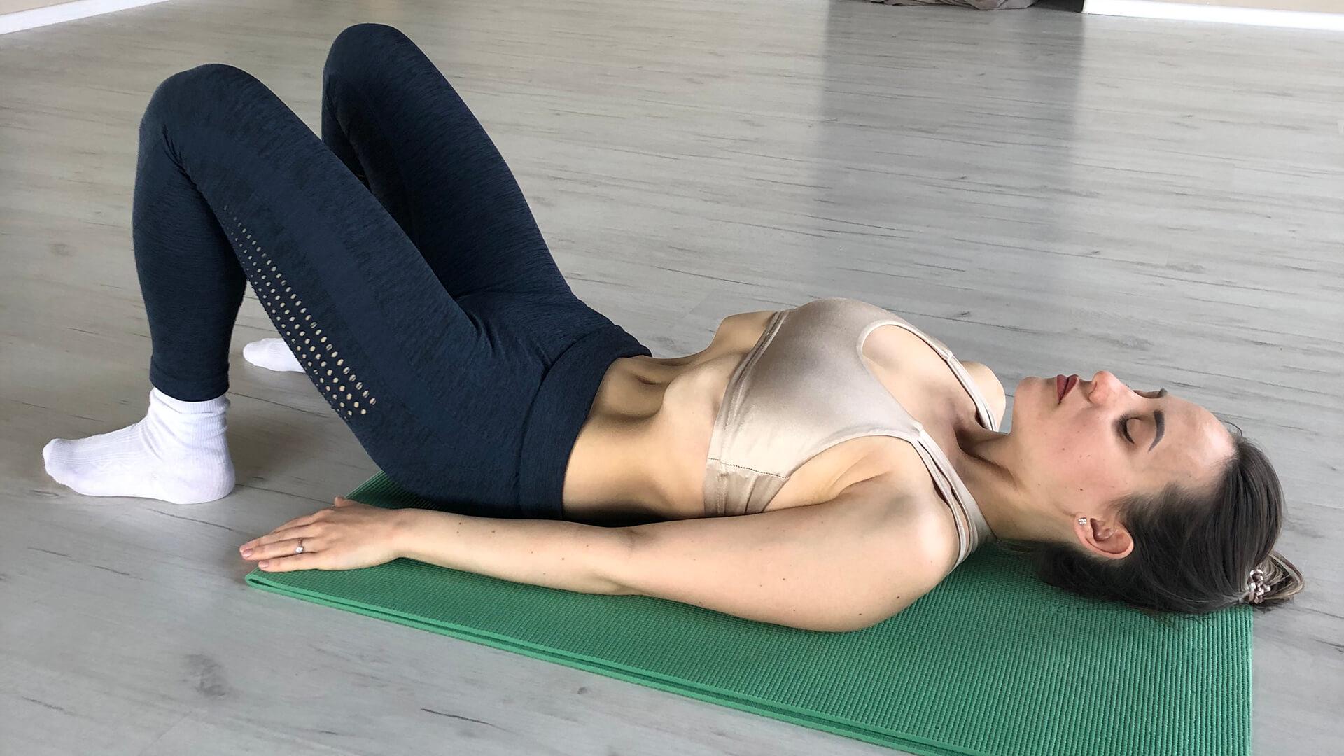 Техника упражнения вакуум лежа.