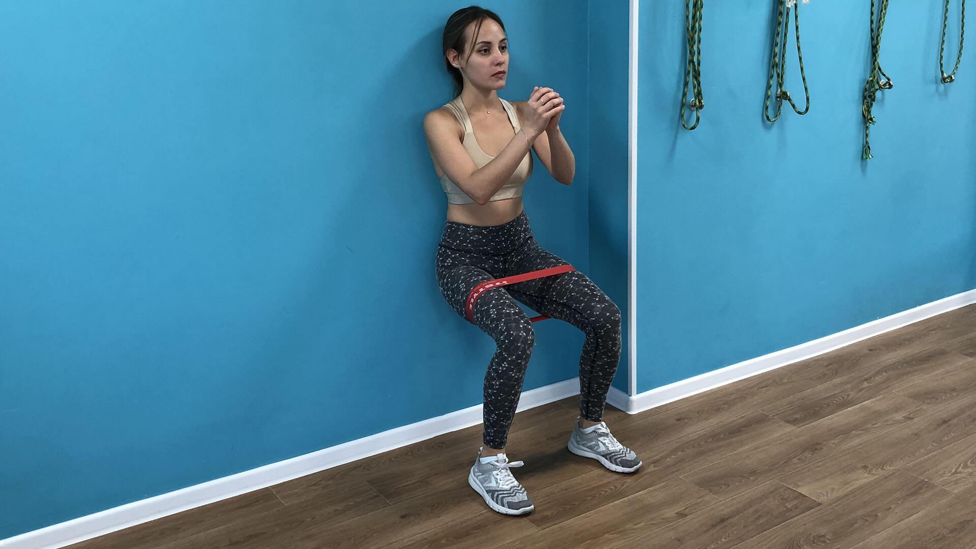 Упражнение стульчик с резинкой: фото.