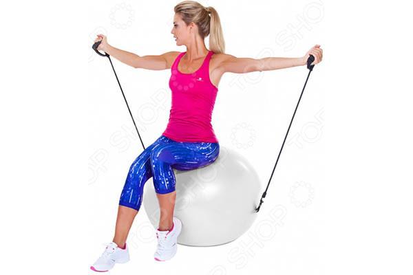 Упражнение с эспандером на фитболе