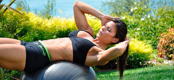 Лучшие упражнения с фитболом для всего тела для тренировки дома и в зале