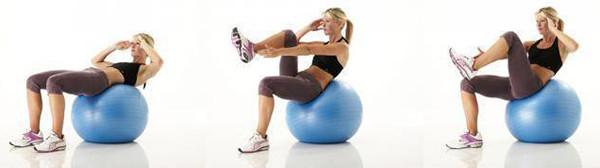 Скручивания с подъемом ноги на фитнес мяче