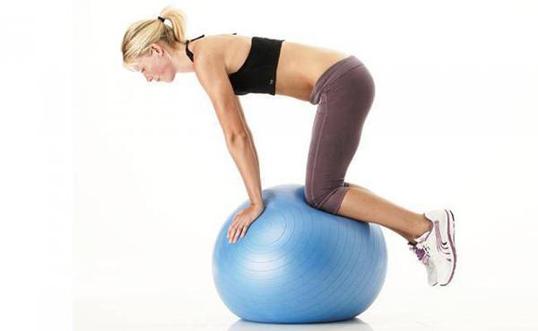 Упражнения для баланса на фитболе