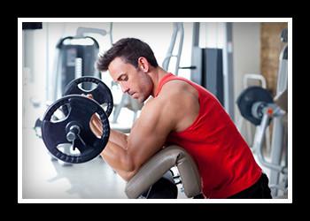 Упражнение на руки в тренажерном зале для мужчин