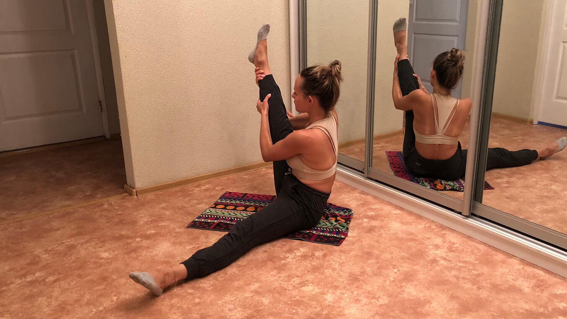 Подъем прямой ноги к себе: фото упражнения.
