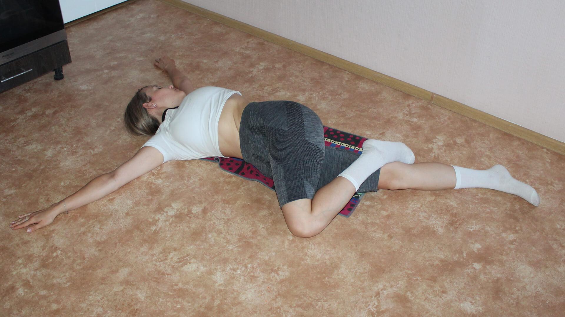 Скрутка позвоночника лежа: фото упражнения.