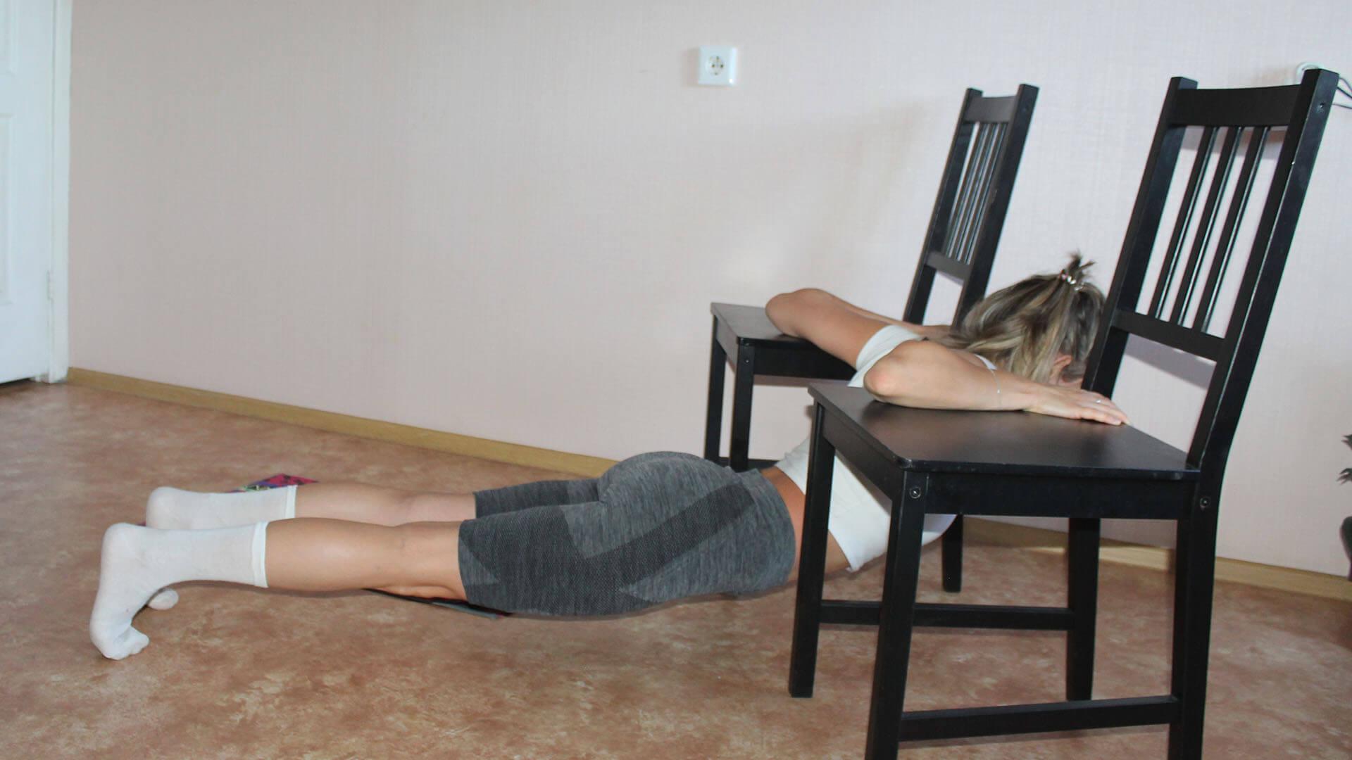Растяжка малой и большой грудных мышц со стульями: фото упражнения.