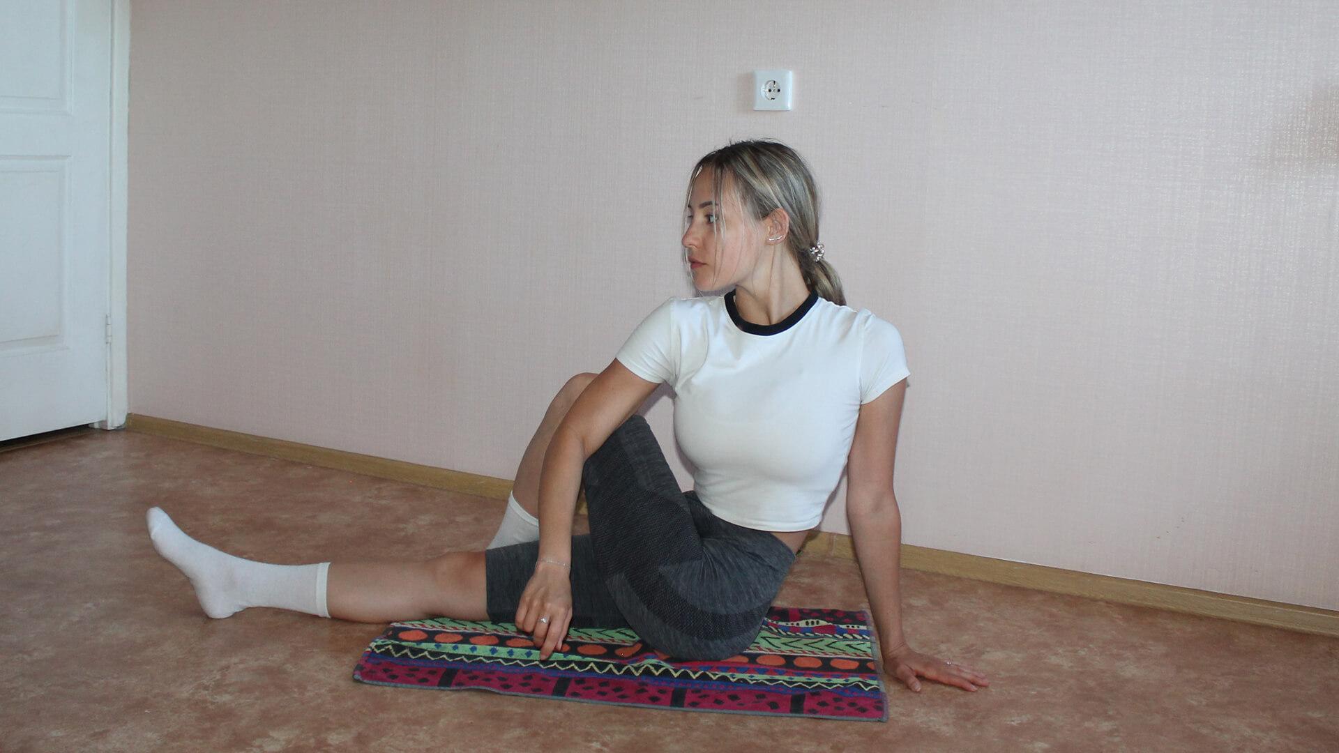 Скрутка позвоночника сидя: фото упражнения.