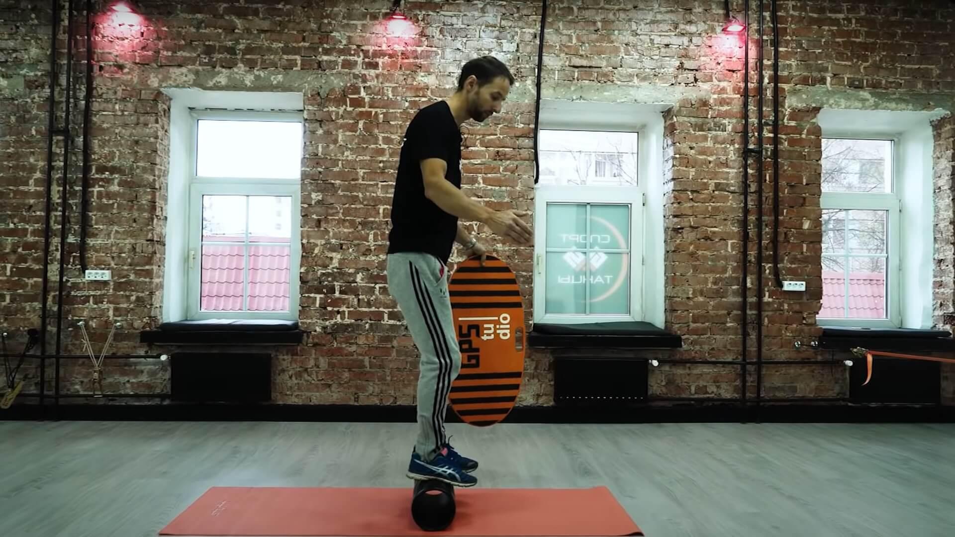 Стойка на валике: фото упражнения.