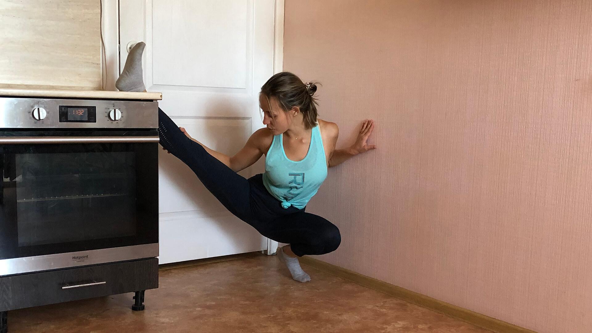 Подготовительное упражнения для поперечного шпагата стоя: фото.