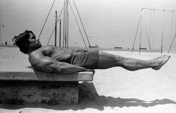 Подъем ног Арнольда Шварценеггера.