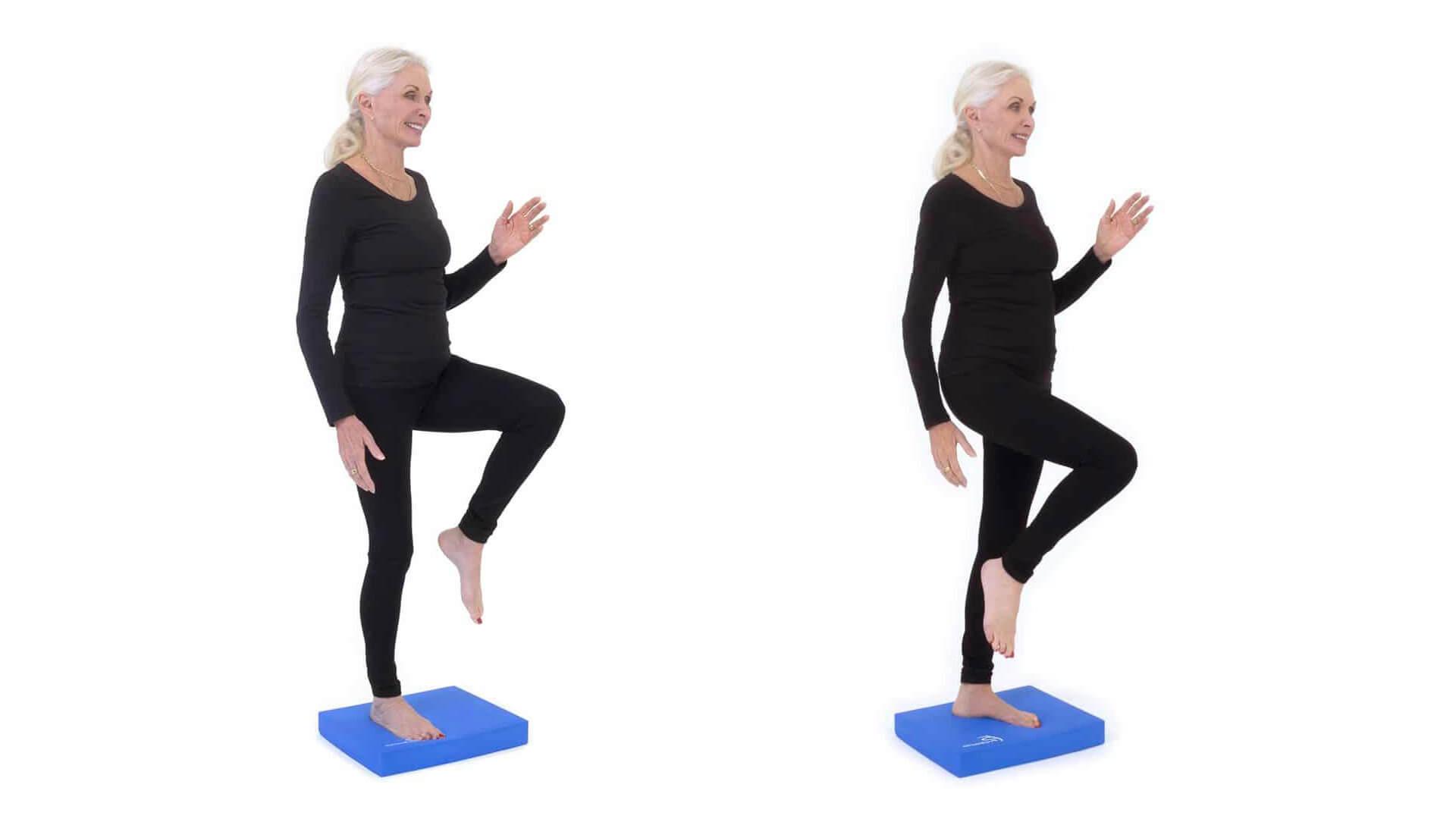 Подъем ног на баланс подушке.