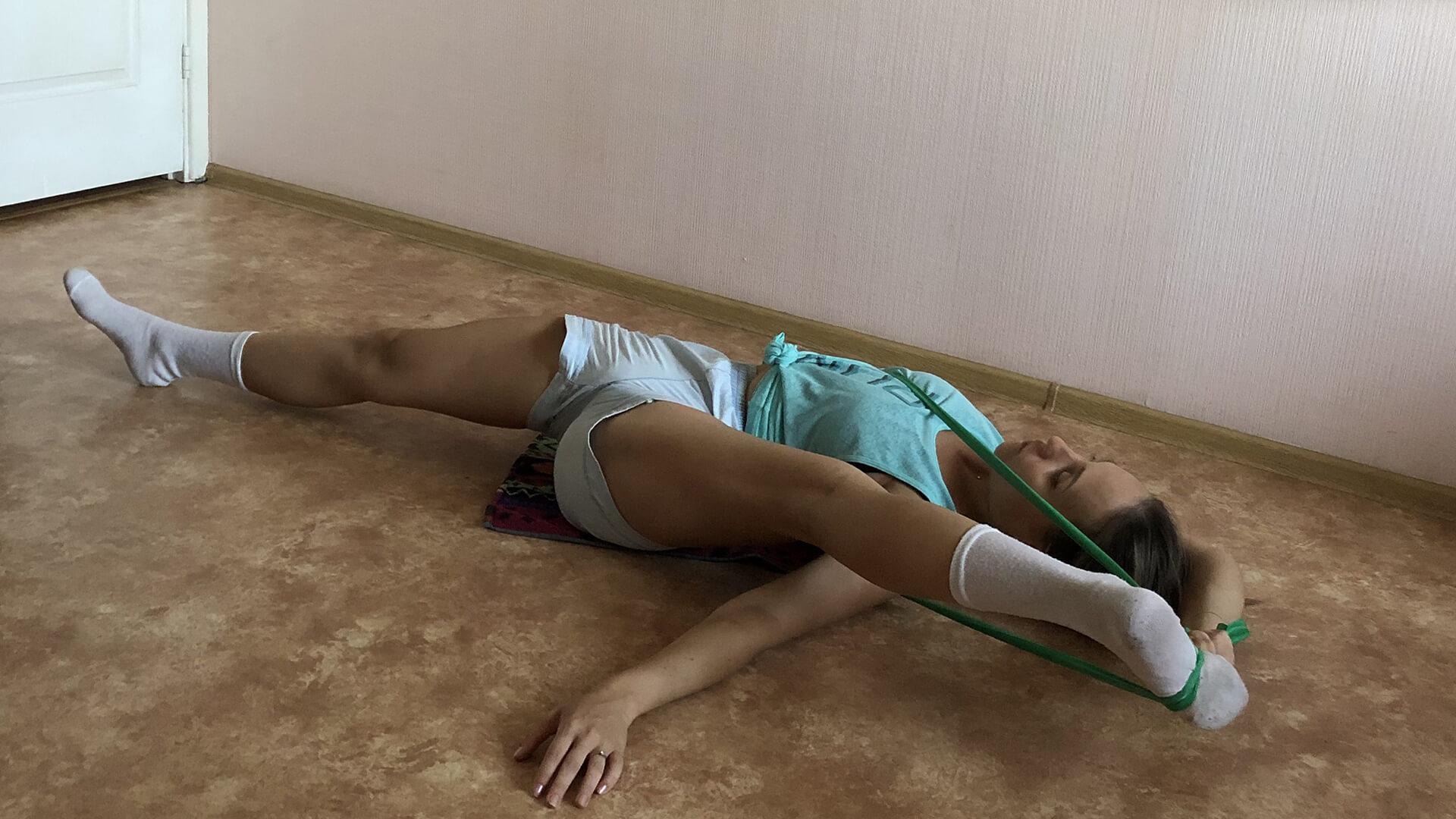 Усиленная растяжка мышц ног лежа с резинкой: фото.