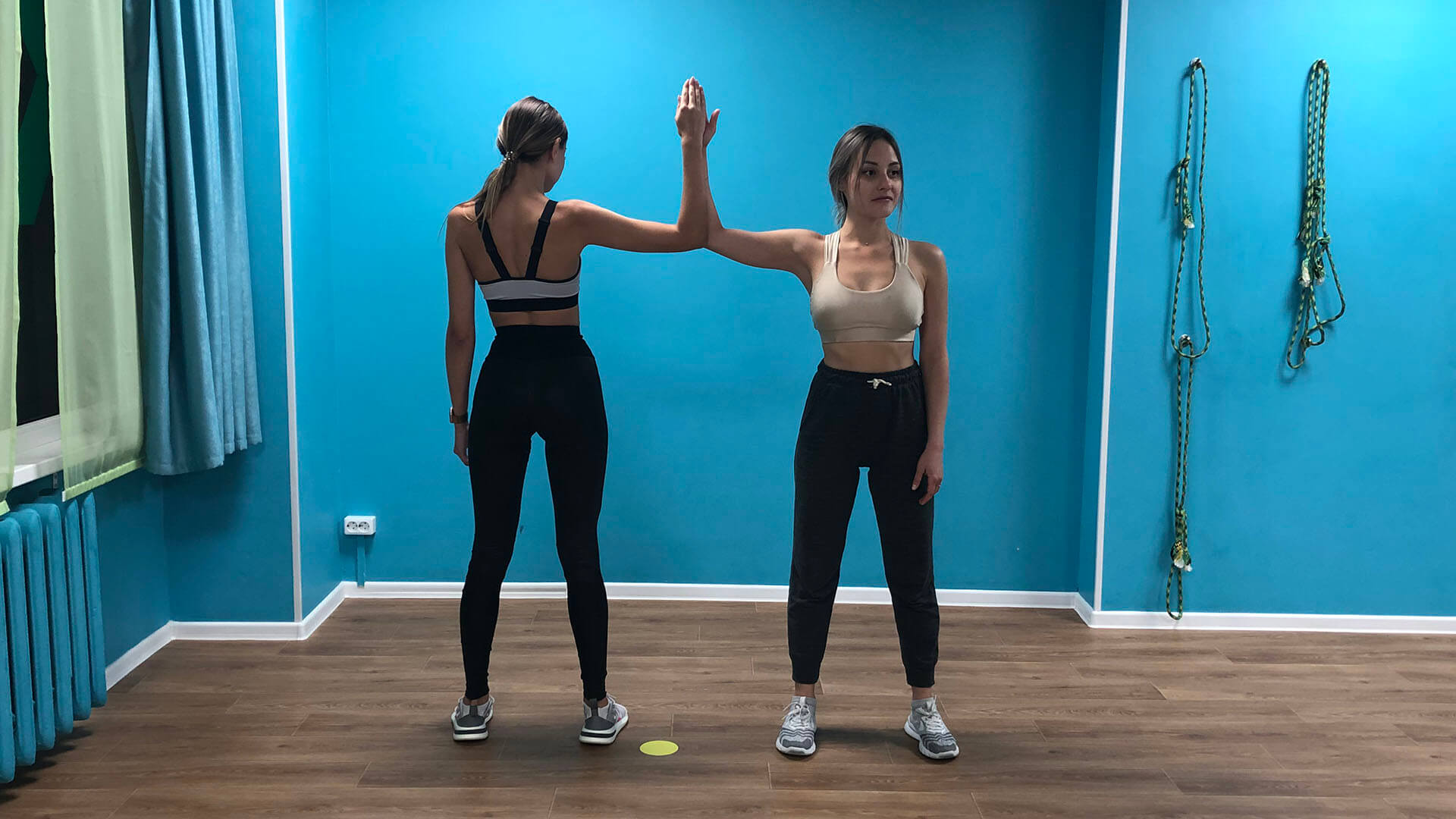 Stretching the pectoral muscles while standing: photo.