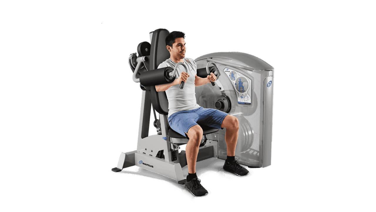 Упражнение в тренажере для дельт.