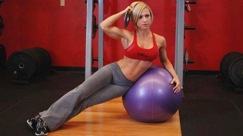 боковая гиперэкстензия на фитболе: фотография упражнения.