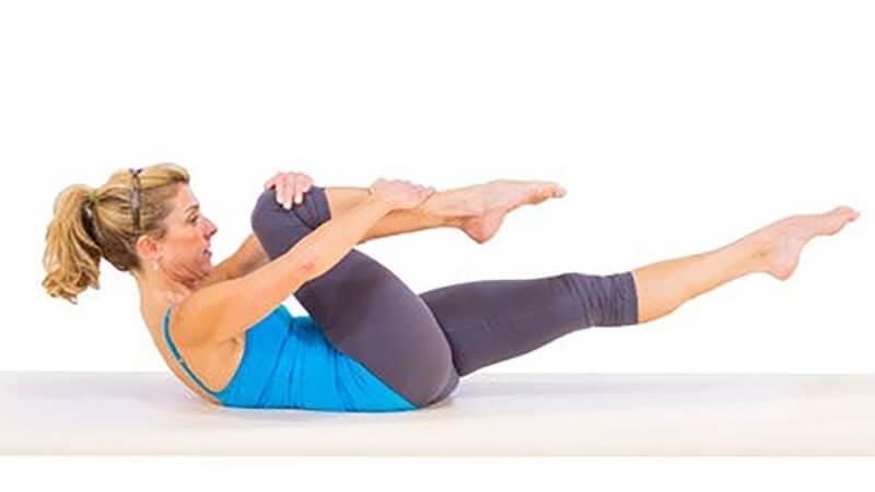 Подтягивание колен поочередно на спине: фото.