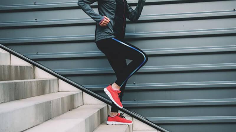 Прыжки по лестнице на одной ноге.