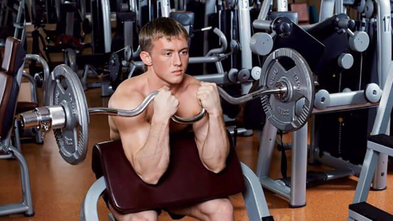 Сгибания рук с w-грифом на скамье Скотта.